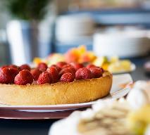Kruche ciasto z truskawkami: łatwy przepis na pyszne ciasto