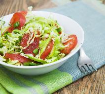 Surówka obiadowa z białej kapusty, pomidorków i ogórków