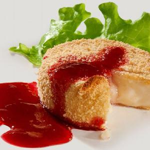 Ser camembert zapiekany w cieście: przepis na karnawałową przystawkę