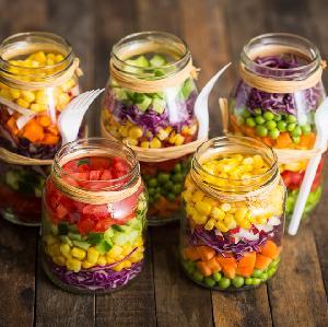 Sałatka z kukurydzą, ananasem i kiełkami - wiosenna przekąska