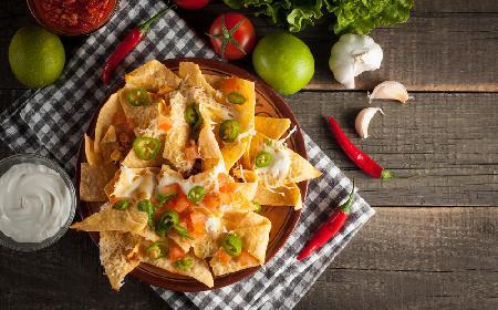 Domowe nachosy serem i czosnkiem: przepis na chipsy z tortilli