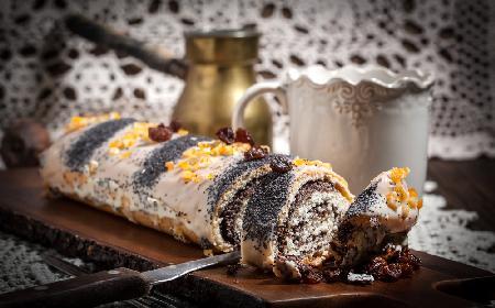 Makowiec z bakaliami: przepis na tradyjcyjne świąteczne ciasto