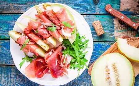 Szynka parmeńska z melonem - klasyczna przystawka kuchni włoskiej