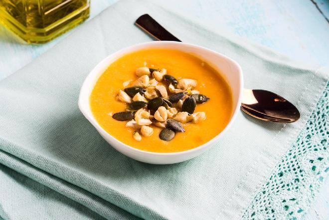 Zupa marchewkowa z nerkowcami z menu beszamel