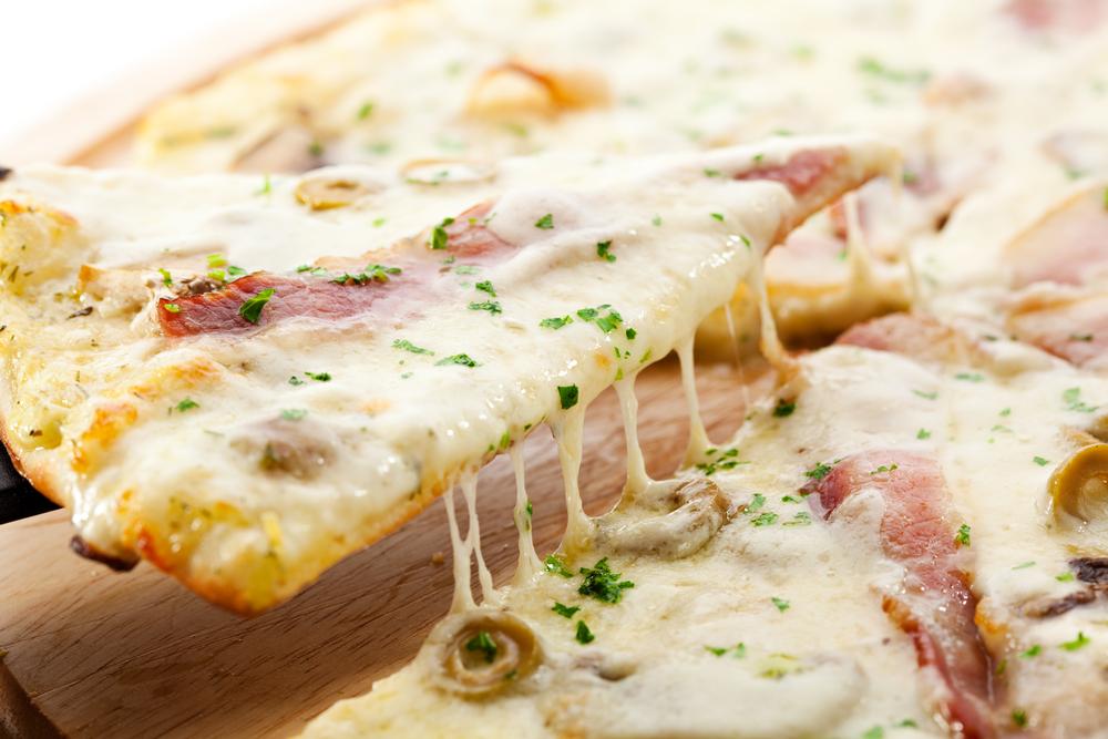 Pizza bianca z szynką parmeńską i oliwkami