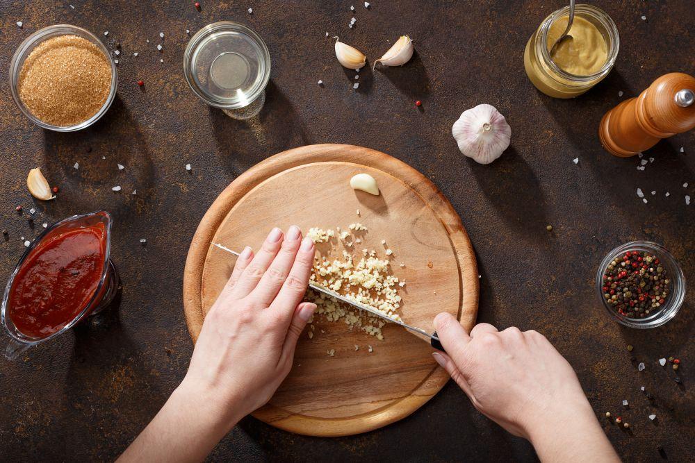 Skrzydełka pieczone w pomidorowo-czosnkowej marynacie: instrukcja krok po kroku