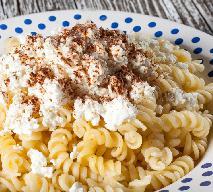 Idealny makaron z twarogiem i cynamonem: przepis na kluski z serem na słodko