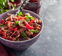 Pikantna sałatka z mieloną wołowiną i czerwoną fasolą