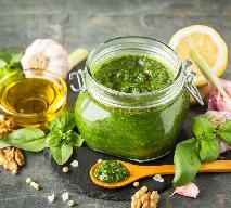 Pesto na zimę: zakręcony przepis na 1 l mrożonego sosu z bazylii