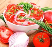 Pomidory z cebulą w słodko-kwaśnej marynacie: najlepsza sałatka do grilla