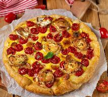 Wytrawna tarta z twarogiem i pomidorami: wakacyjny przepis z gotowym ciastem