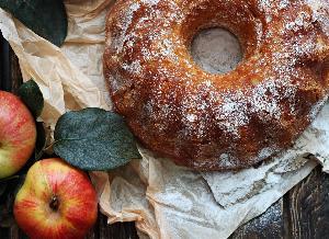 Babka z tartymi jabłkami: łatwy przepis na pyszny jabłecznik na szybko
