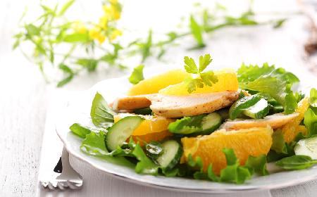 Egzotyczna sałatka ze świeżego ogórka i pomarańczy z kurczakiem