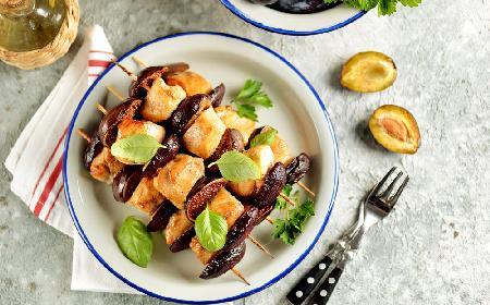 Jesienne szaszłyki drobiowe z figami i śliwkami: przepis na łatwy i przepyszny obiad
