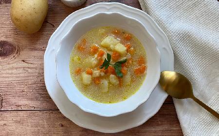 Kartoflanka z boczkiem i majerankiem: pożywna zupa na rozgrzewkę