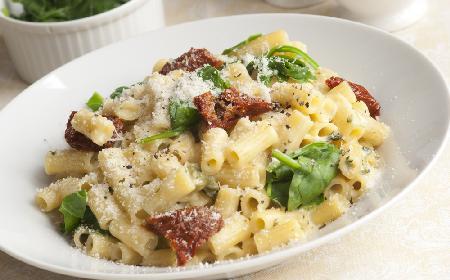 Makaron ze szpinakiem i serem feta i suszonymi pomidorami: łatwy przepis na szybki obiad