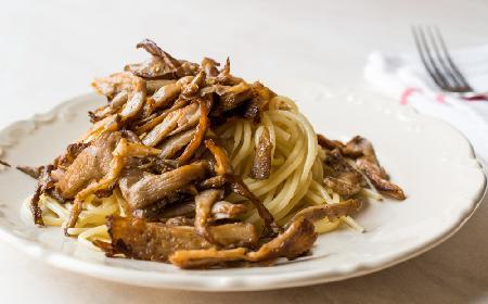 Maślany makaron z grzybami i sosem sojowym: przepis na szybki obiad z makaronu