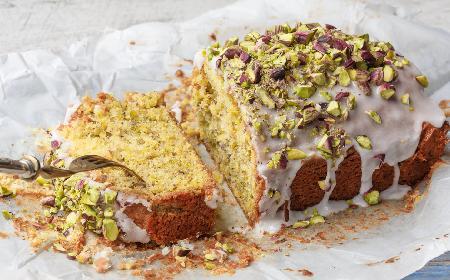Ciasto pistacjowe z lukrem i zielonymi pistacjami: łatwy przepis na pyszną babkę