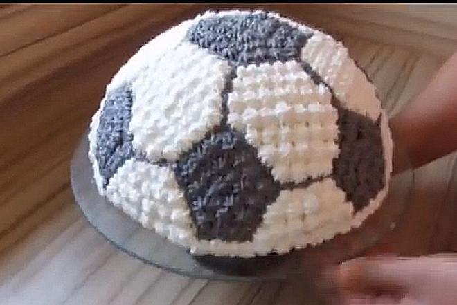 Tort urodzinowy w kształcie piłki - jak zrobić? [dokładny przepis]