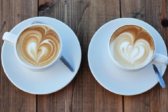 Mleko do kawy: jak przygotować i podawać?