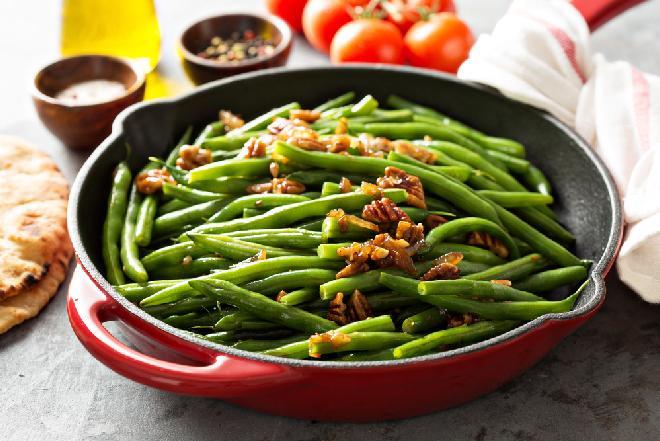 Orzechowa fasolka szparagowa - przepis na fasolkę szparagową z karmelizowanymi orzechami