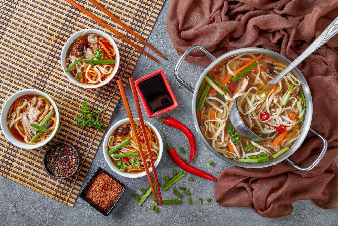 Azjatycki rosół z kaczki: oszczędny przepis z porcji rosołowej