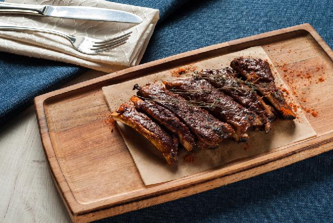 Żeberka z gorzką czekoladą - przepis na oryginalne danie [GALERIA ZDJĘĆ]
