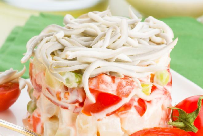 Sałatka z makaronu ryżowego i paluszków krabowych: przepisy na andrzejki