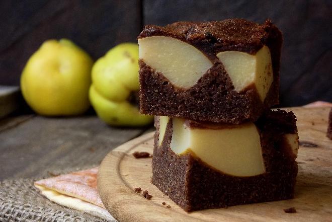 Czekoladowe ciasto z pigwą: przepis na ciasto z pigwą