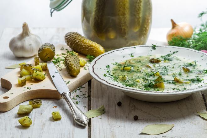Kiszone ogórki na zupę: jak zrobić ogórki na zimę do słoików?